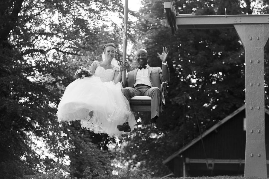 photo noir et blanc mariés sur télésiège Mont Noir Flandres Belgique photographe mariage Kabelbaan Cordoba