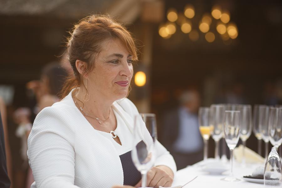 portrait d'une invitée mariage lumière douce pendant cocktail Molenhof Fred Laurent photographe mariage Nord Lille