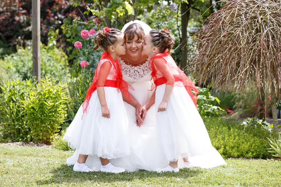 portrait mariée et demoiselles d honneur robes cérémonie fille code couleur blanc et rouge photographe mariage Lille Béthune La Bassée Richebourg