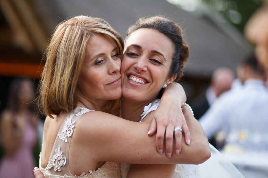 portrait sur le vif de la mariée avec sa mère vin d'honneur photographe mariage Nord Lille Wambrechies Flandre belge