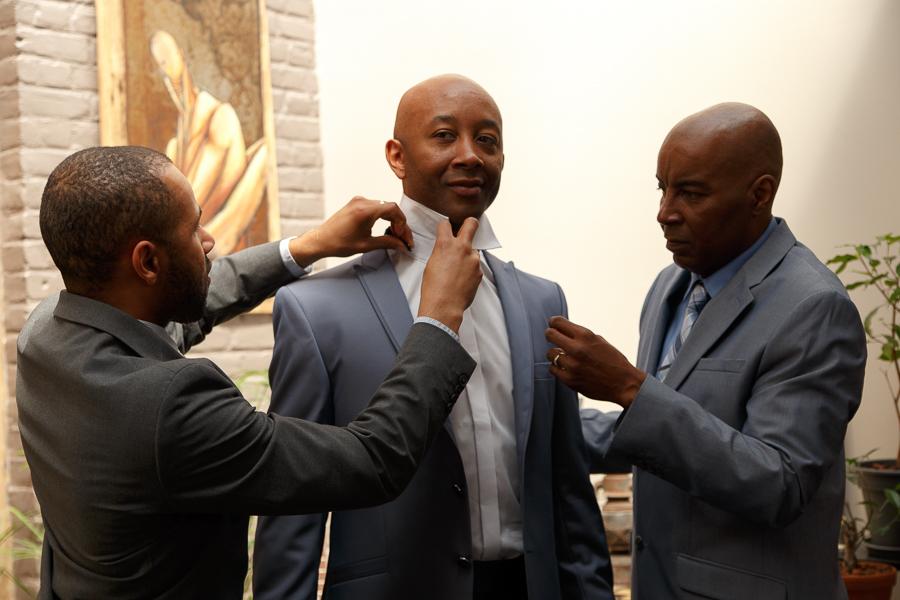 préparatifs du marié habillage groomsmen mariage franco-américain