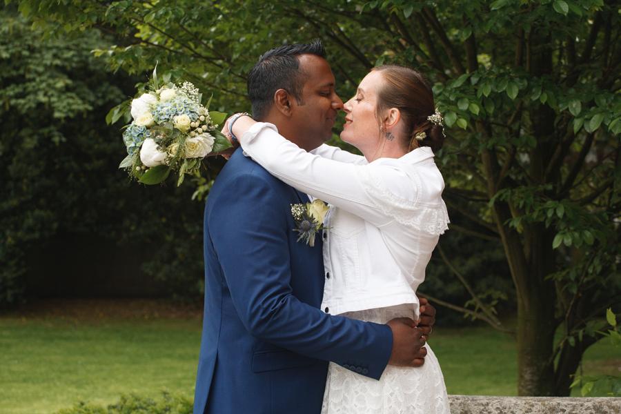 séance mariés portrait avec bouquet dans parc photographe mariage Hauts de France