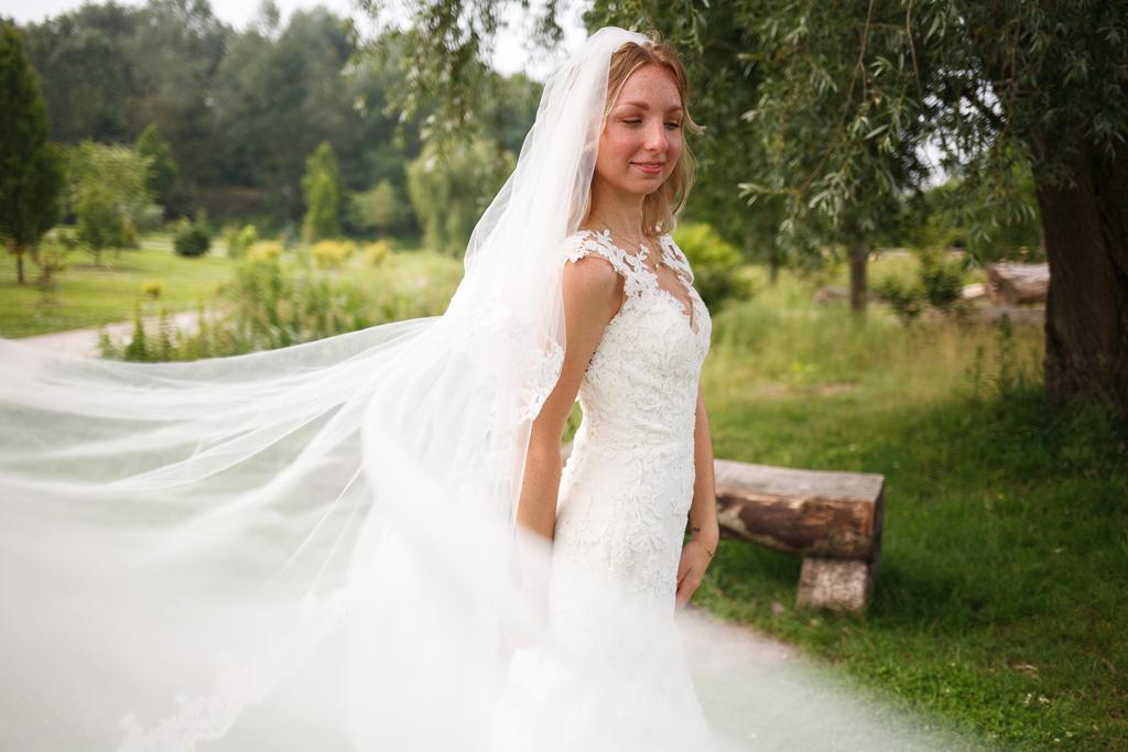 shooting after day parc de Robersart Wambrechies mariée joue avec son voile photographe mariage Nord Lille Bondues Saint André Marquette