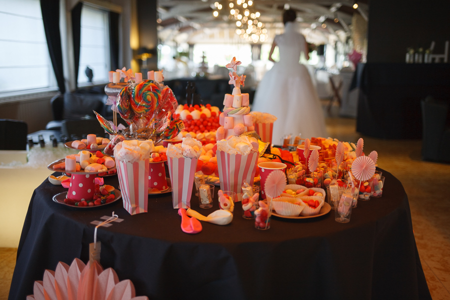 table des bonbons au Molenhof mariée de dos photographe mariage Flandres Nord Pas de Calais
