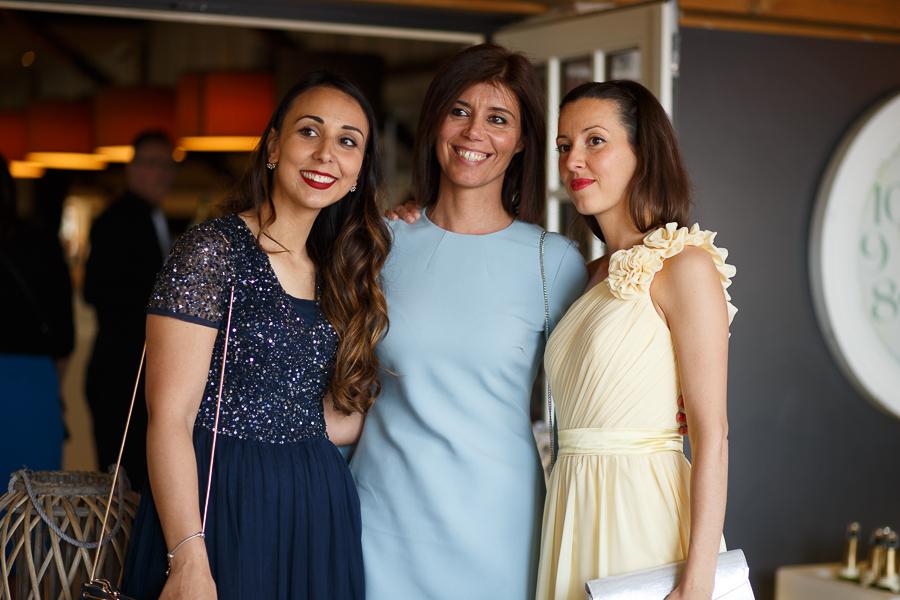 trois invitées dans salle fête mariage franco-américain en Belgique et dans le Nord