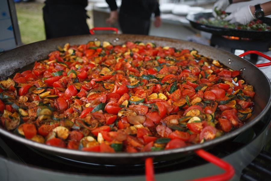 vin d honneur banquet extérieur tomates courgettes immense poêle photo mariage banquet Armentières Nord traiteur rôtisserie de Fred