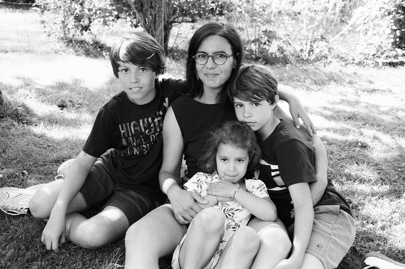 Portrait d'une maman avec enfants photographe professionnel Wambrechies Fred LAURENT des photos authentiques et naturelles sur pellicule noir et blanc