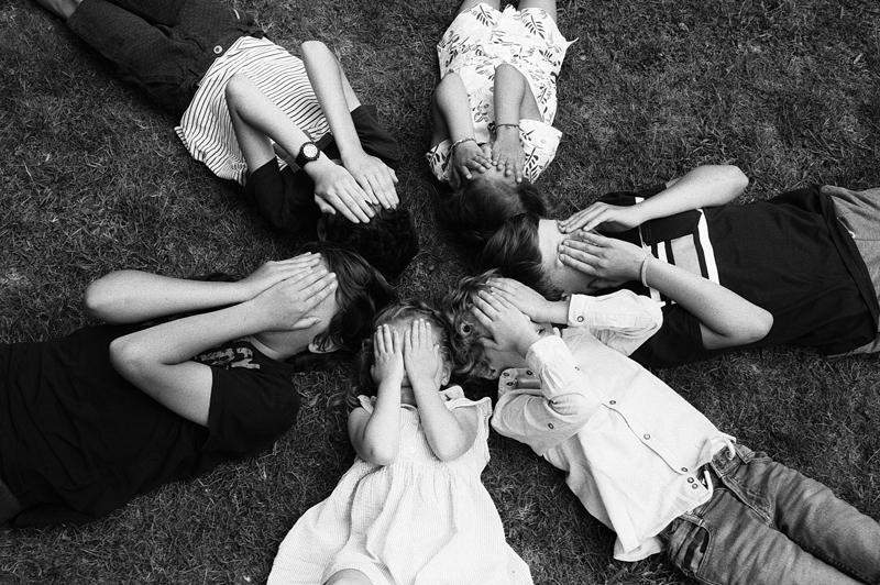 Séance photo famille en noir et blanc argentique photographe portrait Nord Lille Marcq sur pellicule Kodak Ilford Fuji style rétro et vintage