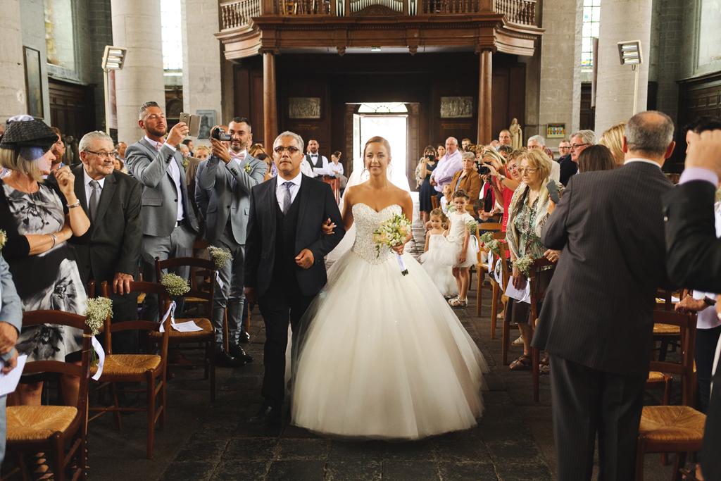 Eglise de Carvin entrée de la mariée photographe mariage Nord