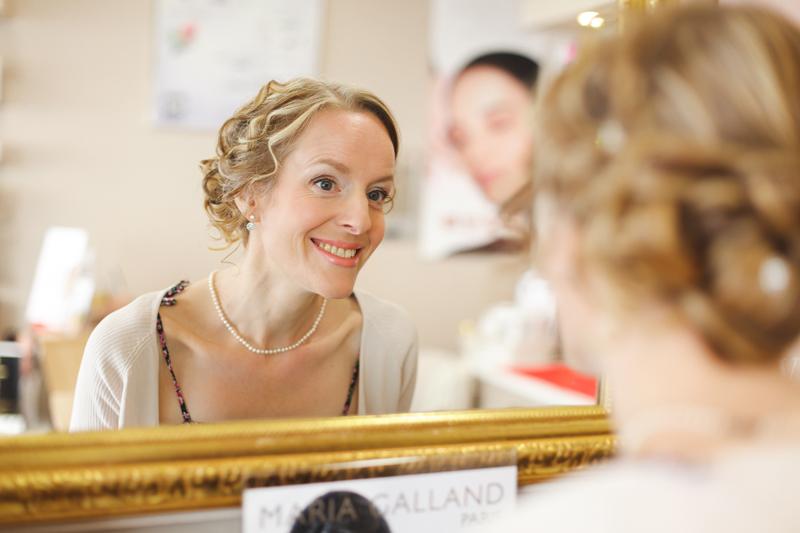 préparatif de la mariée sourire devant le miroir - photographe mariage Lille Nord Hauts de France