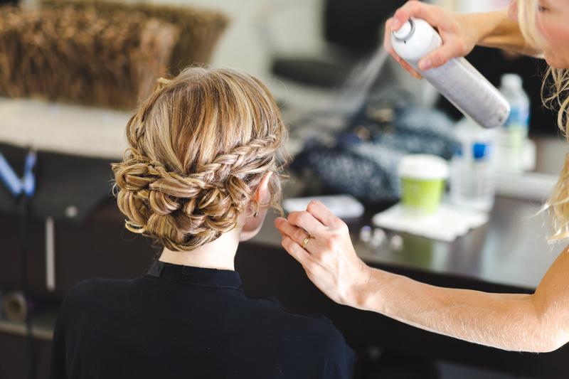 préparatifs de la mariée idée coiffure chignon tressé photographe mariage La Madeleine Nord