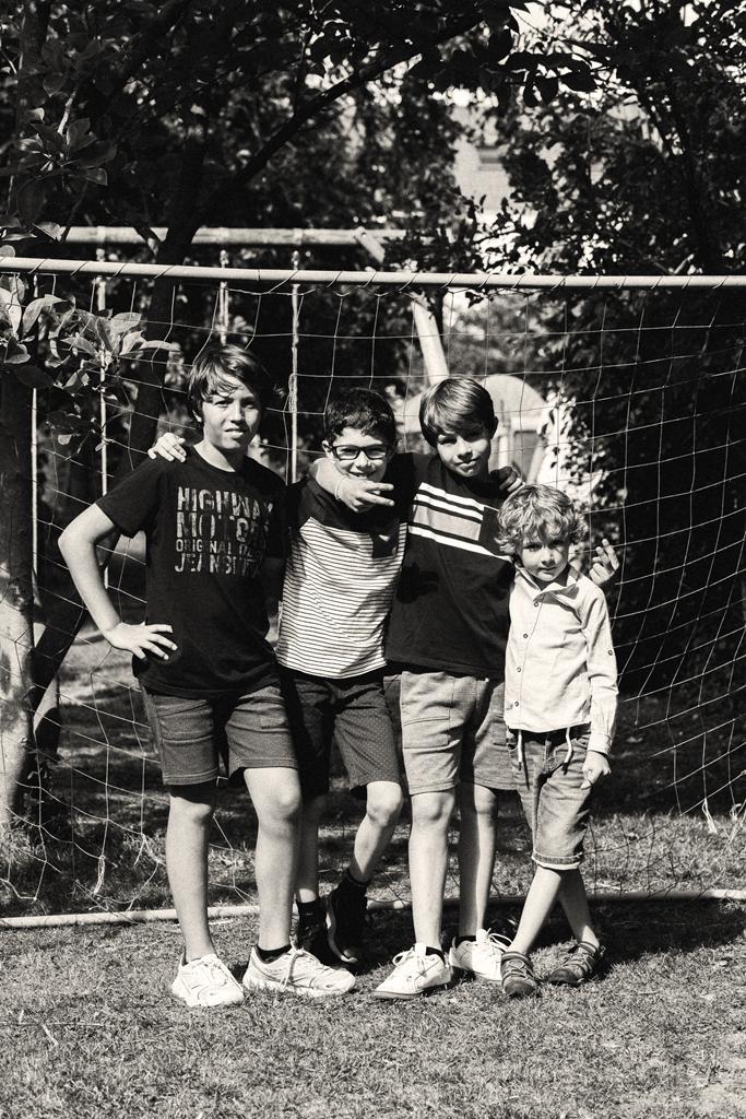 Photos enfants en noir et blanc jeux dans le jardin photographe famille Nord