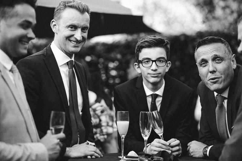invités au vin d'honneur hommes photo nb