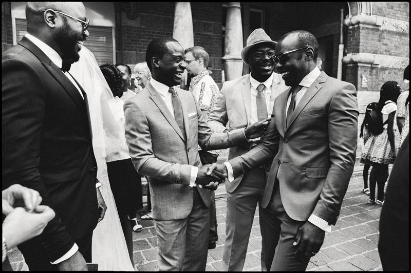 Les témoins et le marié à la sortie de mairie félicitations