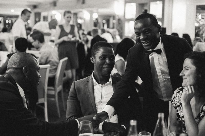 invités réception mariage domaine photo noir et blanc