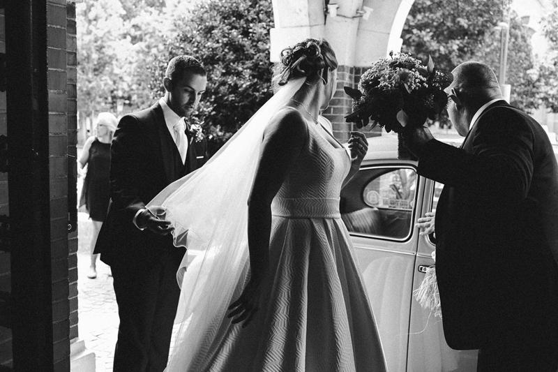 Entré mairie voile de mariée tenu par le mari