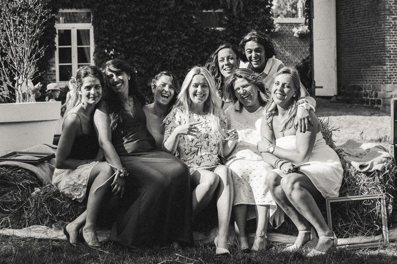 femmes témoins mariage photo de groupe